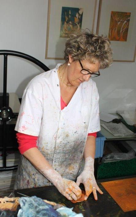 Caroline Lesgourgues est en train d'encrer une gravure