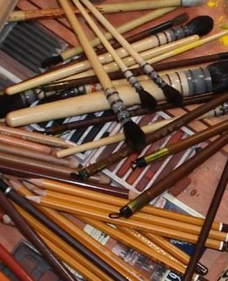 Les crayons et les pinceaux