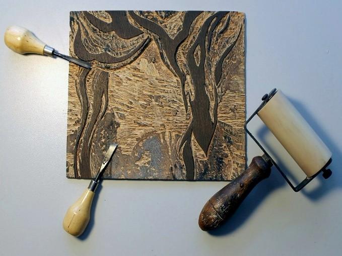 Plaque de gravure sur bois de Caroline Lesgourgues avec les outils de Gravure