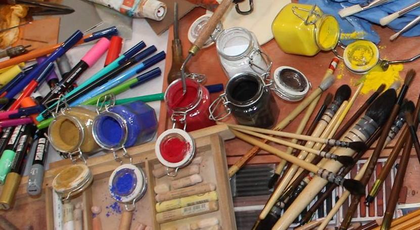 pigments en poudre et pinceaux